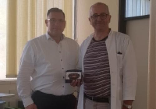 Liječnik Miho Jančić dobio priznanje sa bridge turnira u Imotskom